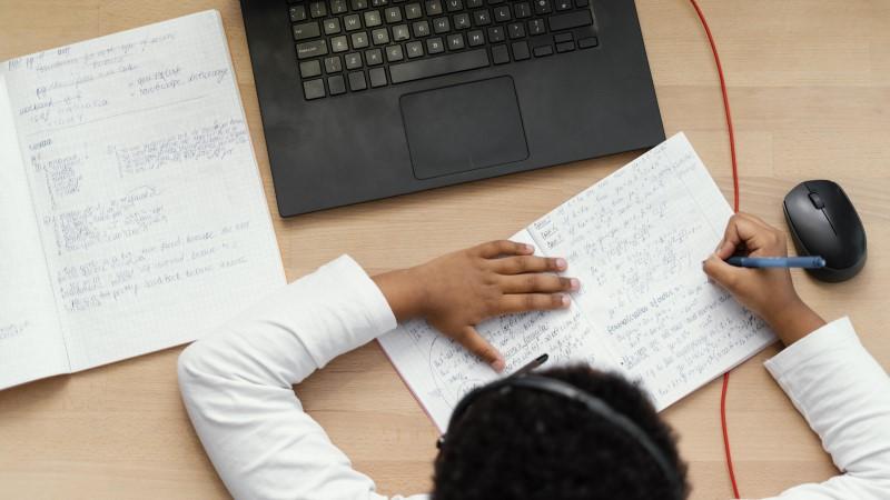 bảo vệ thính lực cho bé khi học online